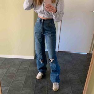 As snygga och populära jeans från boohoo. Aldrig använda utan bara testade då jag tyckte att de var för stora. Sitter hur bra som helst i midjan. Frakten ingår i priset🥰