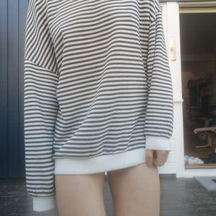 Oversized tröja från bikbok I randigt tyg. Superskön att bara slänga på sig om kvällarna när det blir kallt ute eller när man sitter hemma🦋🦋 priset är exklusive frakt