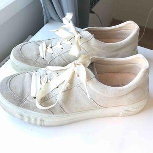 Mocka skor från Legero. Endast används en gång så i toppen skick. Är en aning glittriga och skulle säga att de är i en champangefärg. Läder inuti. Buda men köparen står för frakten.