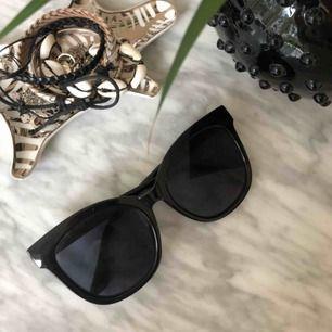 Super snygga solglasögon i från gian, sitter jätte fint på(skriv för flera bilder) använd nångra gånger men inga skador eller repor