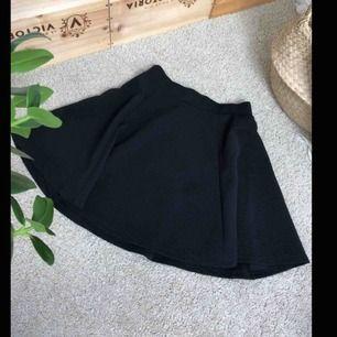 Snygg och bekväm skate kjol i ribbat typ material, dragkedja bak, sitter snyggt, köparen står för eventuell frakt💕