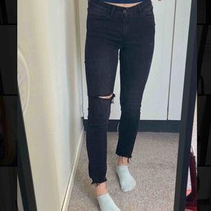 Coola jeans från märket Green Coast i storlek 34. De är i samma svarta färg som de första två bilderna, passar mig som är W25 men även lite större❤️