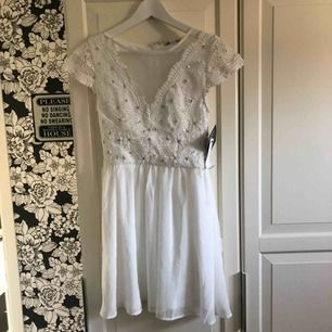 Så fin klänning perfekt till student/avslutning. Helt ny med prislappar kvar!
