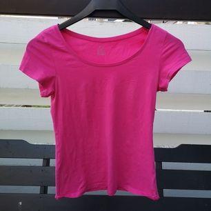 Tajt tshirt från kappahl med mycket stretch i, lägger sig fint på kroppen, passar storlek xs/s