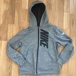 En Nike DRI-FIT munkjacka i storlek L (barn storlek). Vilket är typ som S. Den passar perfekt på mig som är 166 lång