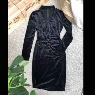 Snygg och bekväm klänning som framhäver formerna och sitter bekvämt, köparen står för eventuell frakt💕