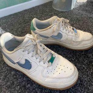 Säljer mina nike af1 som köptes för ca 1 år sen ur Nike butiken🥰dem är lite smutsiga men det går ju alltid att tvätta bort! (Pris kan diskuteras)
