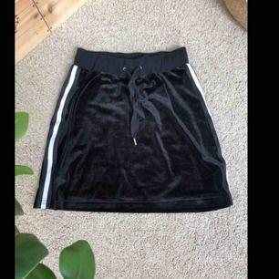 Snygg och bekväm kjol från maniere de voir, tyvärr för lite därför har jag aldrig använt den, finns matchande topp på min sida💕 köparen står för eventuell frakt 📦