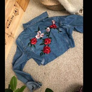 Cool oversized croppad jeans jacka från nakd med brodyr på ryggen, perfekt till sommaren, tyvärr en liten fläck på ena ärmen, köparen står för eventuell frakt💕