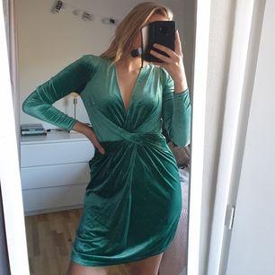 Så fin  lyxig grön sammetsklänning från ivyrevel, djup urringning. Står ingen storlek men passar 38/40.