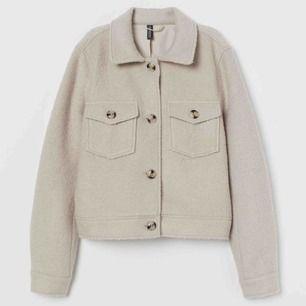 Säljer en jacka från hm som aldrig är använd. Kan skicka fler bilder och frakt tillkommer
