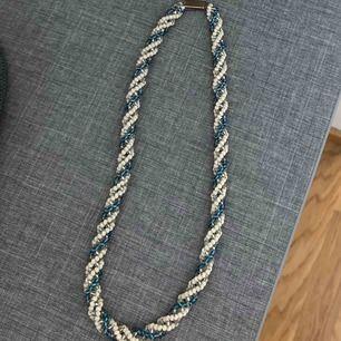 Handgjort pärlhalsband 🦋 49 kr + frakt (11 kr) 19 cm långt 🚭Djurfritt och rökfritt hem