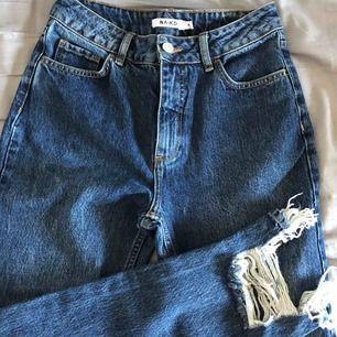 Snygga NA-KD jeans. Helt oanvända och köpta för 600 kronor!