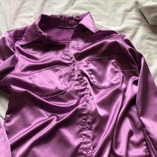 Skimmrande silkes-skjorta💜bra skick. Frakt tillkommer