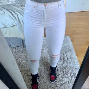 Vita jeans från Bershka med hål i knäna. Köparen står för frakt & betalning via swish 🤍