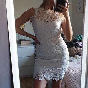 Så fin klänning från gina tricot med lyxiga spetsdetaljer! Perfelt till student/whiteparty/sommarfest! Endast använd en gång.