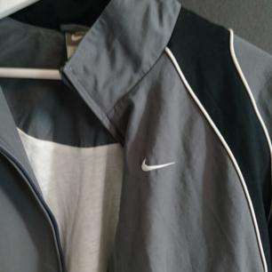 Superskön Nike jacka, köpt på Beyond Retro. Kan frakta :)