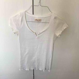 En jättesöt vit t shirt med en fin urringning från hollister i storlek xs. Väldigt lik vissa tröjor som brandy säljer. Skulle också vara snygg croppad.