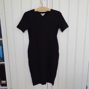 Svart klänning med kroppsnära passform från HM!