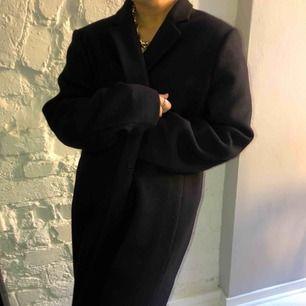 Fantastisk kappa från GANT, sitter super snyggt!!! mycket sparsamt använd. Liten i storleken, på bilderna ser ni den på mig dom vanligtvis har xs/s⭐️⭐️⭐️