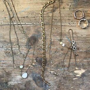 Lite olika guld smycken (halsband, armband,ringar och örhänge). Priset varierar från 10kr- 40kr, skriv vid intresse! Vissa mer använda än andra!