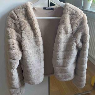 En fake päls jacka som är relativt varm.  Går att ha öppen och även stängd, använt max 2 gånger. Frakt tillkommer