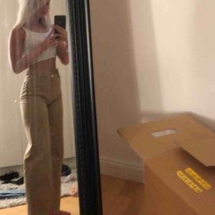 As snygga beiga raka jeans från monki som tyvärr blivit för stora för mig