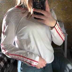Calvin Klein tunn långärmad tröja med röda detaljer på sidorna. Nästan aldrig använd då den inte är min stil! Frakt tillkommer😋