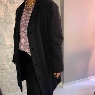 Fantastiskt fin kappa från COS. Är i en ull och kashmir mix. Storlek 44 men rätt liten i storleken. På bilderna ser ni mig som vanligtvis bär xs/s. Mycket fint skick, passar till allt⭐️⭐️⭐️