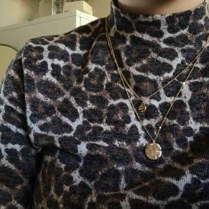 Ett snyggt guldigt dubbelt halsband från ur&Penn. 💜 Frakt på 11kr tillkommer!