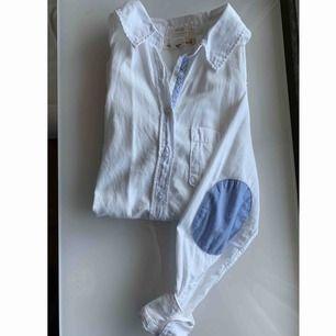 Snyggaste skjortan! Vit med blå detaljer i ljusblå/jeans färg på armbågarna. säljes endast för att den e för liten!