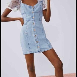 Jätte fin jeans klänning från Zara. Så fin till i sommar och jag har knappt använt den. Jag köpte den i en Zara butik i Berlin. Jätte snyggt att matcha med en T-shirt under!