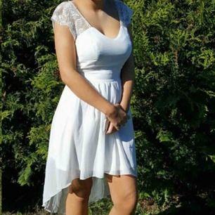 Vit klänning i storlek 36. Använd 1 gång. V-ringad i bak och längre i bak än i fram.