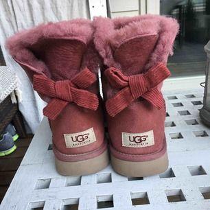 Ugg flat boot mini- nypris ca 2100kr Använt ca 5 gånger Köpta i USA- därav inget kvitto