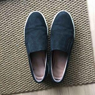 Skor från Dasia (Scorette) i svart mocka med hög vit sula, Sälj då de inte kommer till användning !