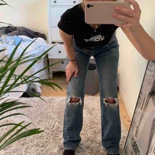 vintage levi's jeans 💙 modell 501 strl 32/32. de är köpta på beyond retro och tror de är i herrmodell men passar även mig som är tjej! riktig 90talskänsla 💙🧚🏽♀️