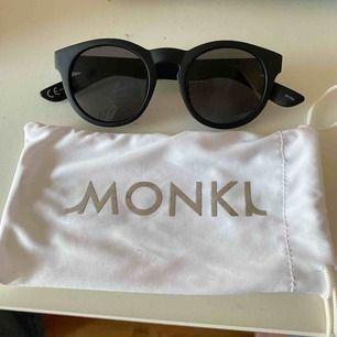 Säljer dessa snygga solbrillorna från monki, svarta och passar till allt☀️  Oanvända, som nya