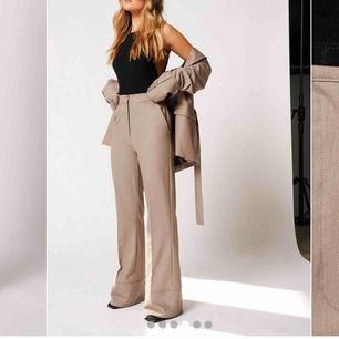 INTRESSEKOLL på dessa byxor från Hanna schönbergs kollektion för nakd, kommer returnera men tänkte kolla här om någon ville ha den först. Helt slutsåld ❤️ frakt tillkommer (säljer hela setet)