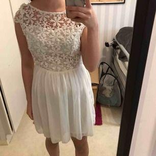 Säljer en Vit klänning. Oanvänd köpt för ca 1 år sedan då jag köpte den begagnad. Aldrig använd bara testad. Vet ej storleken men passar mig som är S. Köparen står för eventuell frakt!