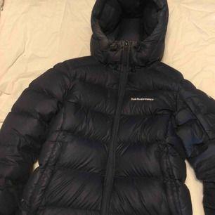 Säljer denna jacka som är använd ett få tal gånger. Nypris, 3999kr. Jackan har lite smink på sig men tas bort innan den fraktas.
