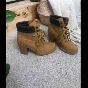 Supersnygga boots, tyvärr har de inte kommit till användning men supersköna och supersnygga, till fest outfit i sommar eller fram till hösten, köparen står för eventuell frakt💕 kolla gärna in min sida där jag kommer lägga upp mycket nytt inom kort☺️