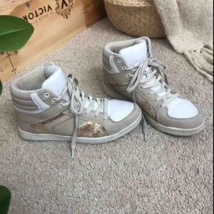 Coola skor med snygga detaljer, använda men inte för slitna, köparen står för eventuell frakt💕