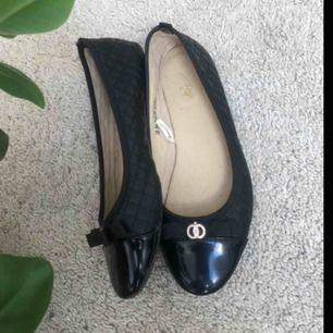 Fina ballerina skor som är använda fåtal gånger, sköna och fina nu till sommaren, köparen står för eventuell frakt💕
