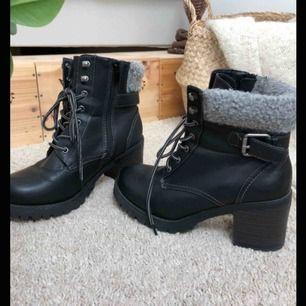 Skit coola boots, jättesköna och i fint skick, perfekt till en snygg klubboutfit eller Bah på stan, riktigt balla men tyvärr för små för mig, köparen står för eventuell frakt💕