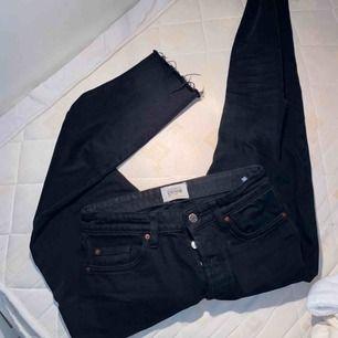 använda 3-4 ggr strl 36 nypris 349kr vanliga mom jeans med slitning i slutet av benen pris kan diskuteras  OBS! För o se passform kolla mina tidigare annonser därav ett par ljusa jeans med samma modell från Zara.