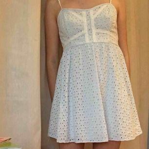 Jättegullig klänning från HM. Säljer den för att den tyvärr inte kommer till användning. Banden går att justera och såhär sitter den på mig med strl 34/36 köparen står för frakt.