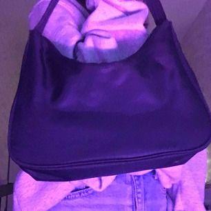 Fetaste väskan från monki!!! Sjukt snygg och köpt för 150kr, använd typ fem gånger så i nyskick!!✨