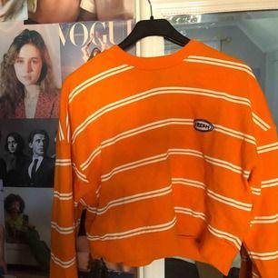 Orange fin tröja! Strlk L! Inte riktigt en magtröja men kortare än en vanlig tröja. Köpt på Junkyard för ganska länge sen, men har inte använt den mer än 2-3 gånger. Frakt står köparen för!🧡🧡