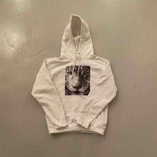 Super fin the cool elefant hoodie som jag säljer! Använd bara ett fåtal gånger! Super snygg och skön👍🏽