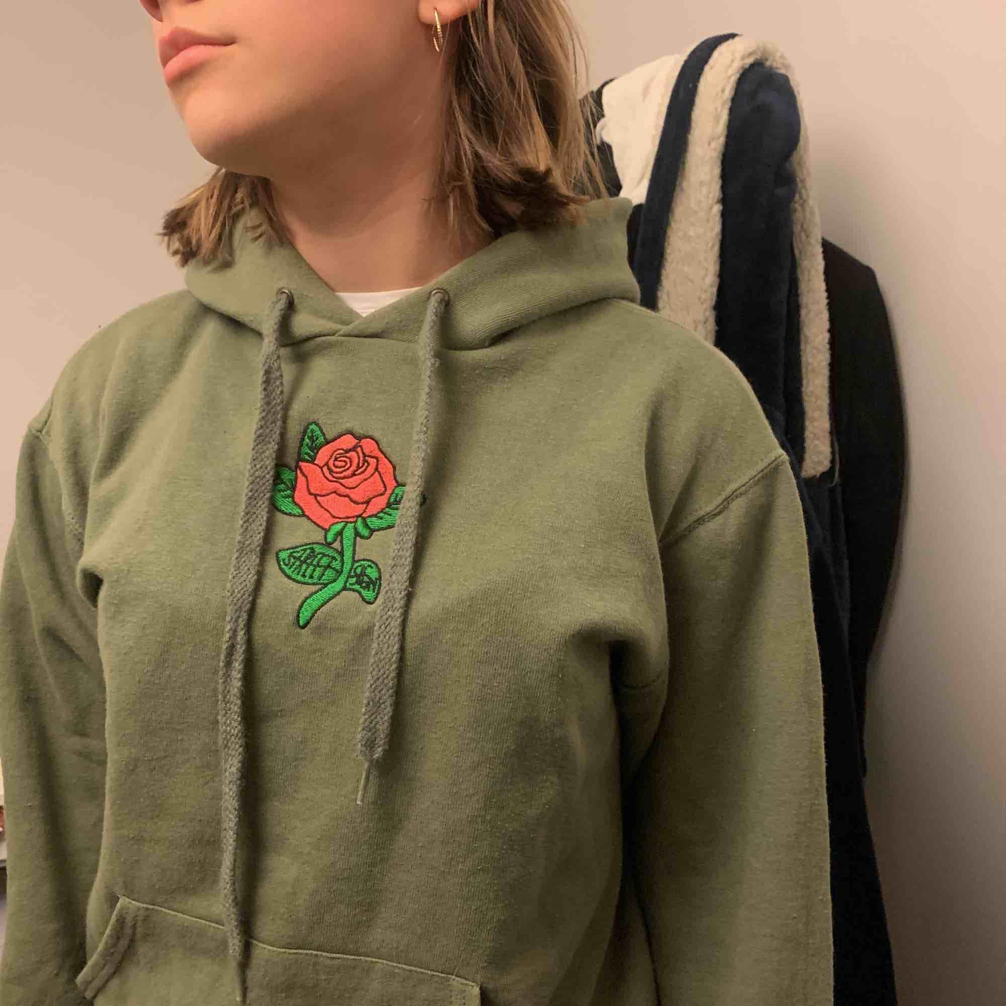 En fin hoodie som är såld av ett lokalt företag i Växjö, går inte att få tag på längre. Använd ett fåtal gånger, så den är i bra kvalitet🥳 150 kr exkl frakt . Tröjor & Koftor.